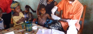 Guinea - Treating malaria within the community