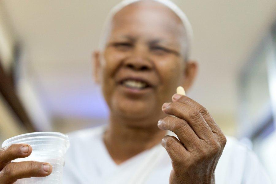 Pacient s lékem proti hepatitidě C v klinice Lékařů bez hranic v Kambodži.